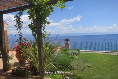 Villa Mirvami Lovran is located right next to the sea and also offers a beautiful tended garden