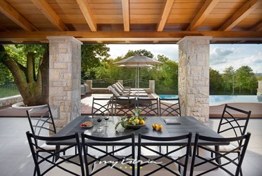 Relaxing outdoor eating area overlooking the pool