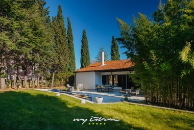Wonderful green garden surrounding Villa Aavaas with private pool