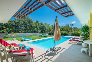 Lounge zone and garden with pool in the villa Heike