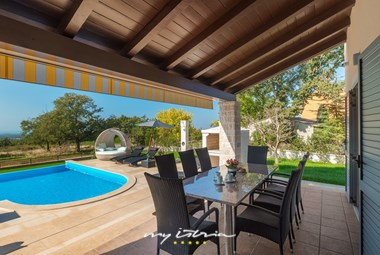 Covered outdoor dining area with pool view - Villa Laura An near Porec