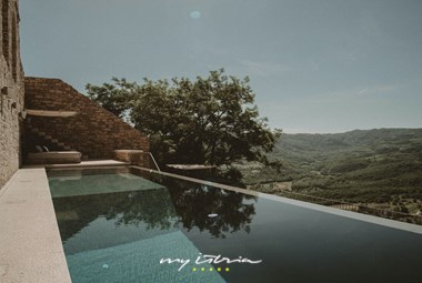 Villa with pool and spectacular view in Motovun