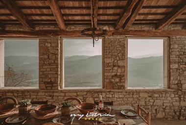 Covered dining area with panoramic view over the Mirna valley and mountains - Villa Angelo