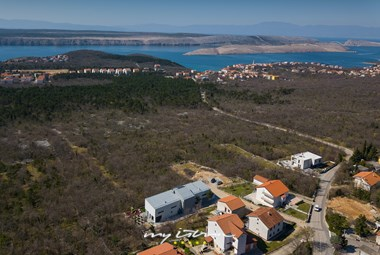 The villa is 2 km from the sea