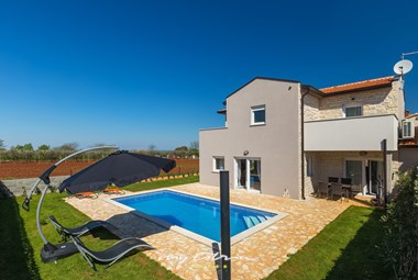 Beautiful family villa with pool 4 km from the sea