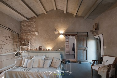 High attic with a rustic living area - Villa Storija