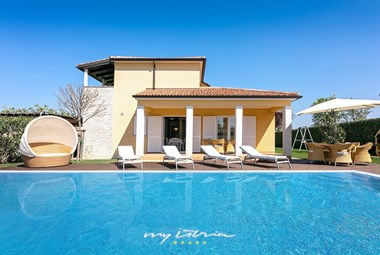 Enjoy the sun and the pool in Villa Commel