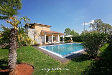 Beautiful villa with garden and pool close to Porec