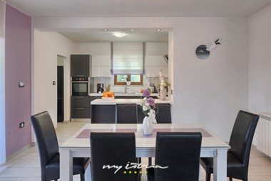 Modern, completely equipped kitchen with dining room in Villa Bozac
