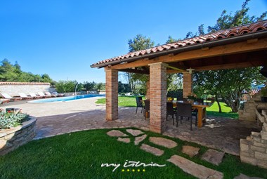 Villa´s covered terrace with barbecue and dining area
