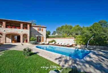 Villa´s beautiful garden with pool