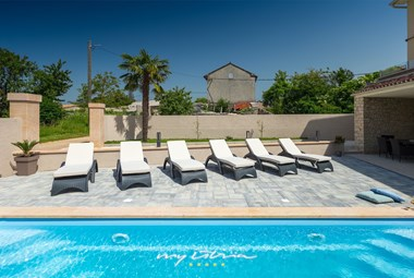 Place to catch the sun and refresh in Villa DD next to the pool