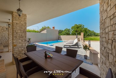 Outdoor eating area in villa DD directly to the private pool
