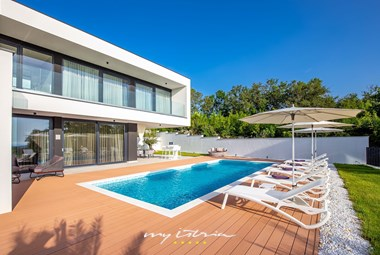 Unwind in the garden area next to the pool of Villa Eleven