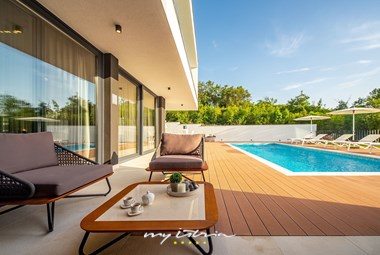 Moderrn design in the outdoor are next to the private pool in villa Eleven