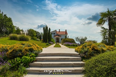 Entry to villa Naturavita and its amazing garden