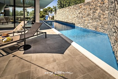 Private pool with sun loungers in Villa Petra on Bol island