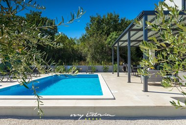 Beautiful pool with covered lounge and dining area - Villa in Liznjan, near Pula