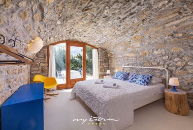 Comfortable bedroom combinig old and new in Villa Sussini in the hinterland of Istria