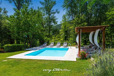 Beautiful garden and pool of Villa Mulino