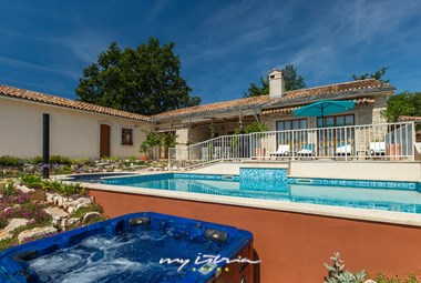 Outdoor jacuzzi next to the big pool of Villa Lipica in Pazin