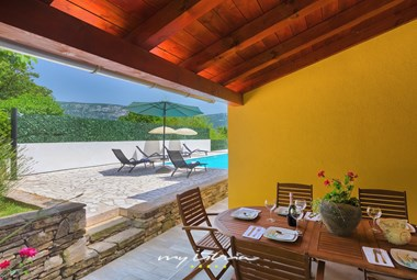 Outdoor eating area for 6 guests next to the private pool of Villa Mikales