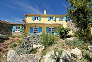 Beautiful villa Dvori na Brigu with a tended garden and plenty of space to relax outdoors