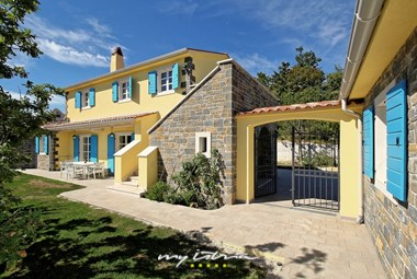 Entry to the Villa Dvori na Brigu with 3 separated apartments surrounded by a nice garden