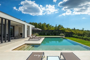Big private pool with outdoor shower, sun loungers and outdoor eating area
