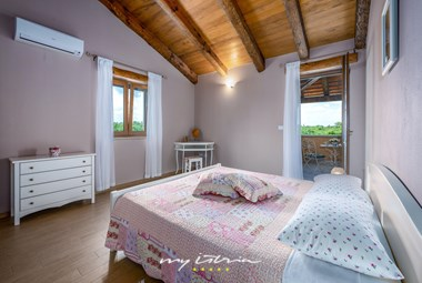 Cosy bedroom with balcony - Villa Oliveta