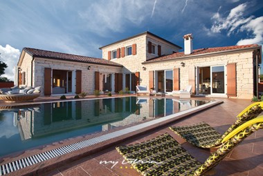 Lovely private pool in front of Villa Modena