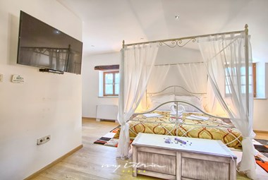 Romantically furnished double bedroom with private bathroom and TV on the upper floor of the 1st house of our villa in Buzet