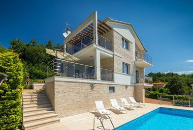 Villa Edelweiss offers a private pool and 4 bedrooms