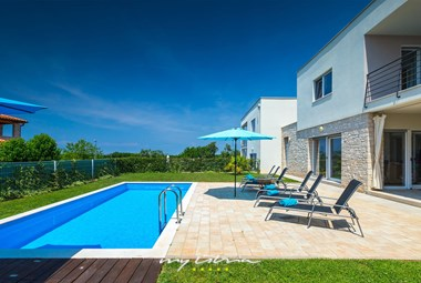 Sun loungers at the pool in front of Villa Sky Dream