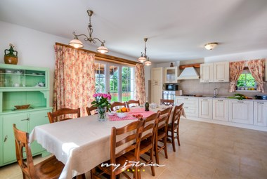 Dining area and fully equipped kitchen in Villa Lemaliante