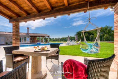 Villa´s garden with sitting area overlooking the pool