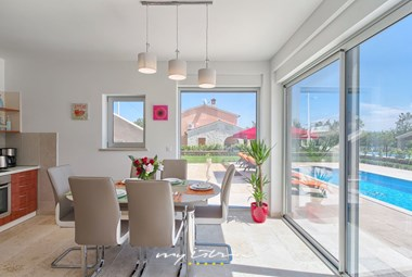 Bright dining area with access to villa´s pool