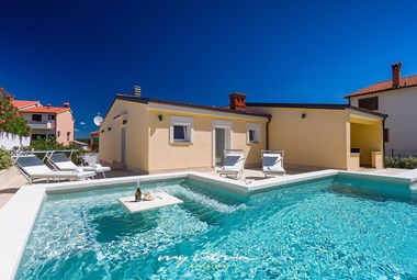 Lovely villa with a relaxing pool and lounge area