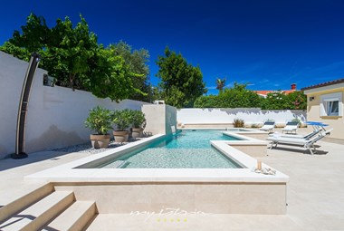 Enjoy the pool with hydromassage in our Villa near Pula