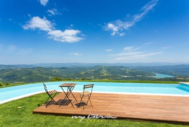 Lounge area for two by the private pool of villa Vista with a spectacular panoramic view of the beautiful nature