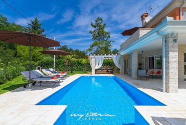 Villa´s stunning pool with cosy sun loungers