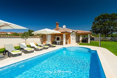 Cosy sun loungers in front of Villa Nera