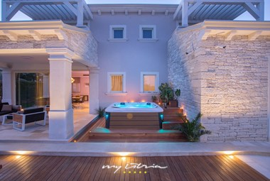 Enjoy your outdoor jacuzzi in Villa Gregi