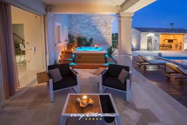 Enjoy the magnificent evenings in the lounge area with jacuzzi next to the pool in Villa Gregi