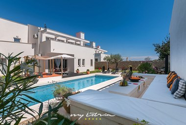 Enjoy your holidays in villa´s beautiful and inviting pool area
