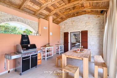 Prepare delicious meals in the outdoor kitchen in Villa Dubravka