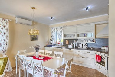 Shabby chic fully equipped kitchen and dining area - Villa Stonegate