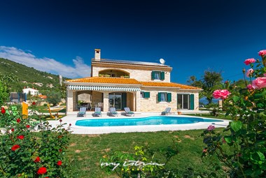 Stunning Villa Stonegate with private pool and carefully tended garden in idyllic surroundings
