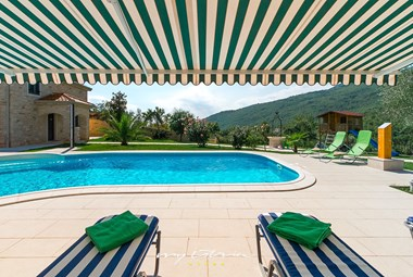 Private pool with sun loungers and panoramic view of the surroundings in Villa Stonegate