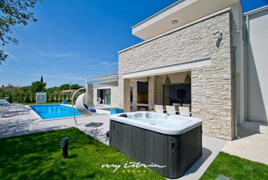 Outdoor jacuzzi in Villa Perini in Porec